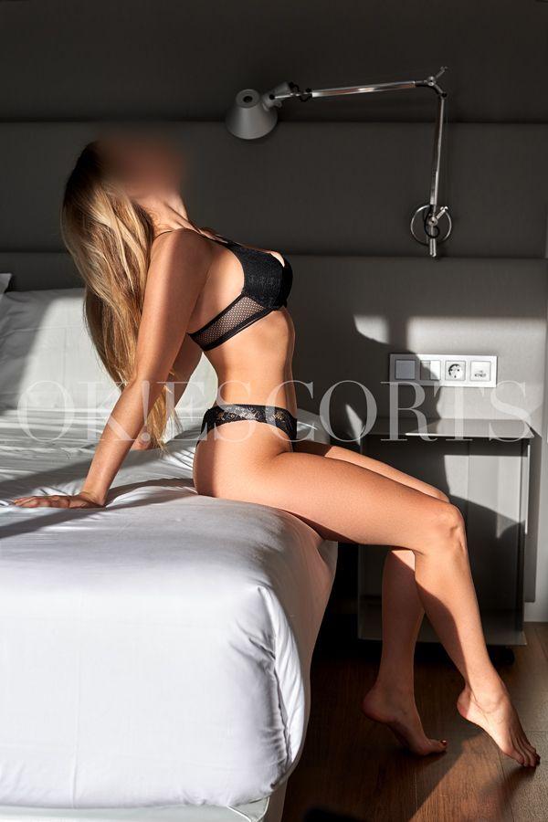 alexandra escort al atardecer en cama de hotel