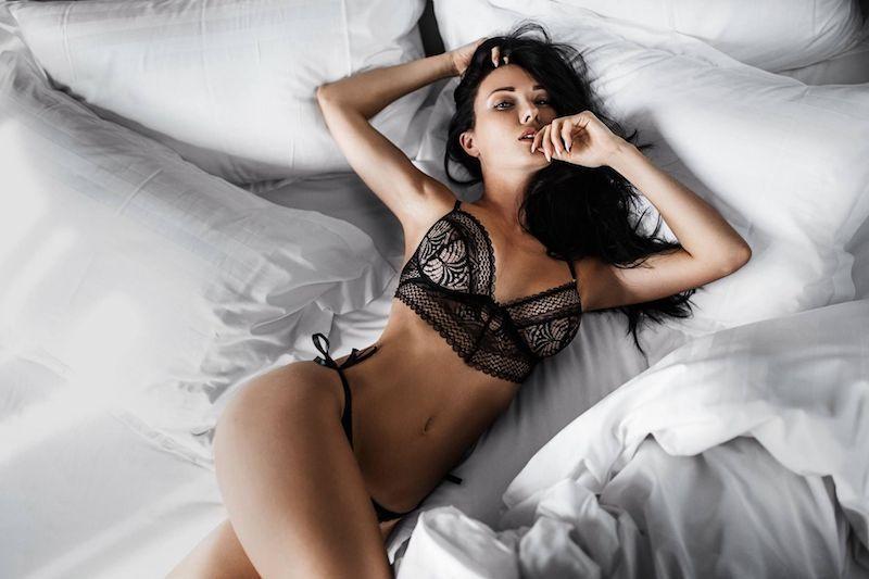 chica en la cama, excitante