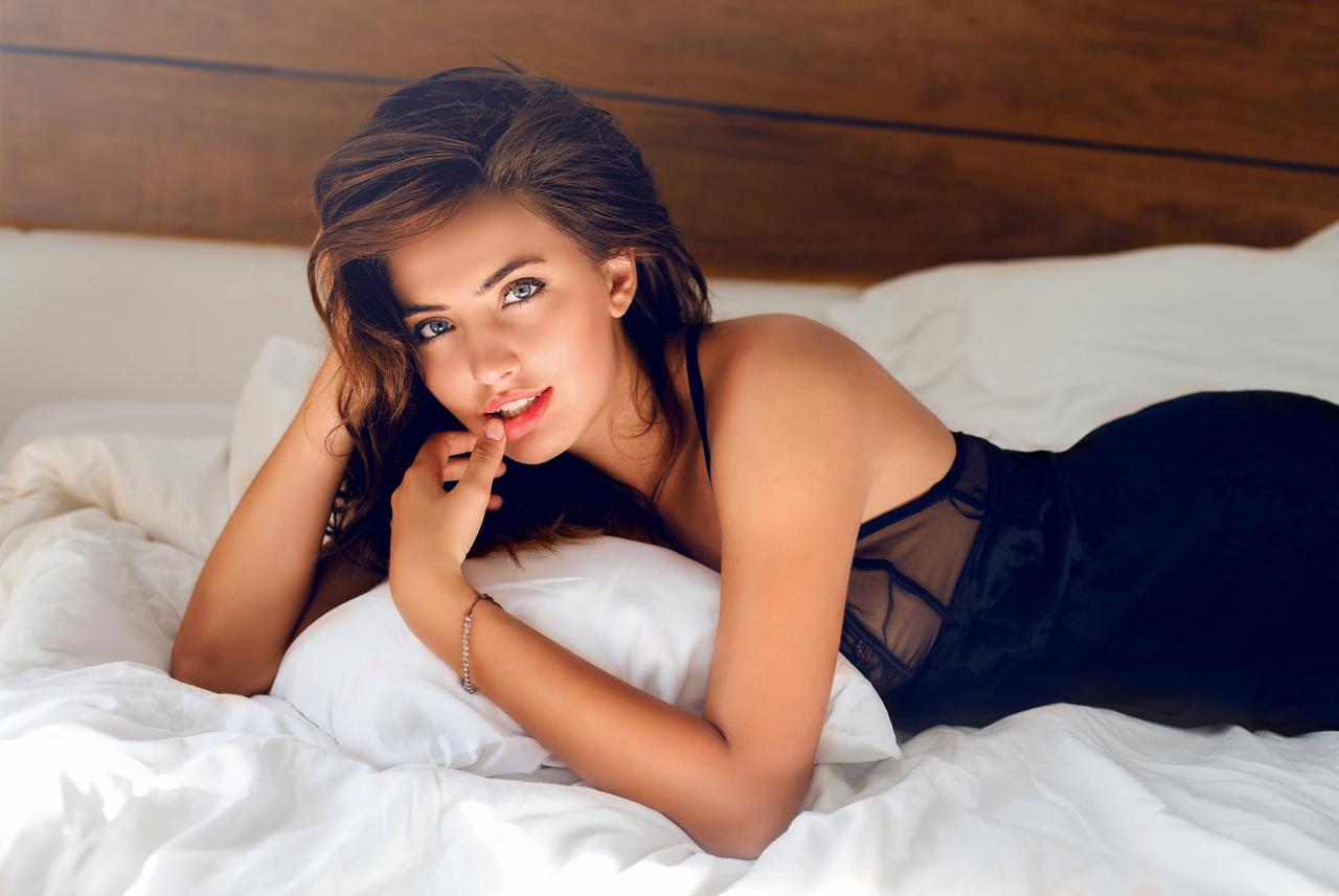 chica escort mirada seductora agencia barcelona