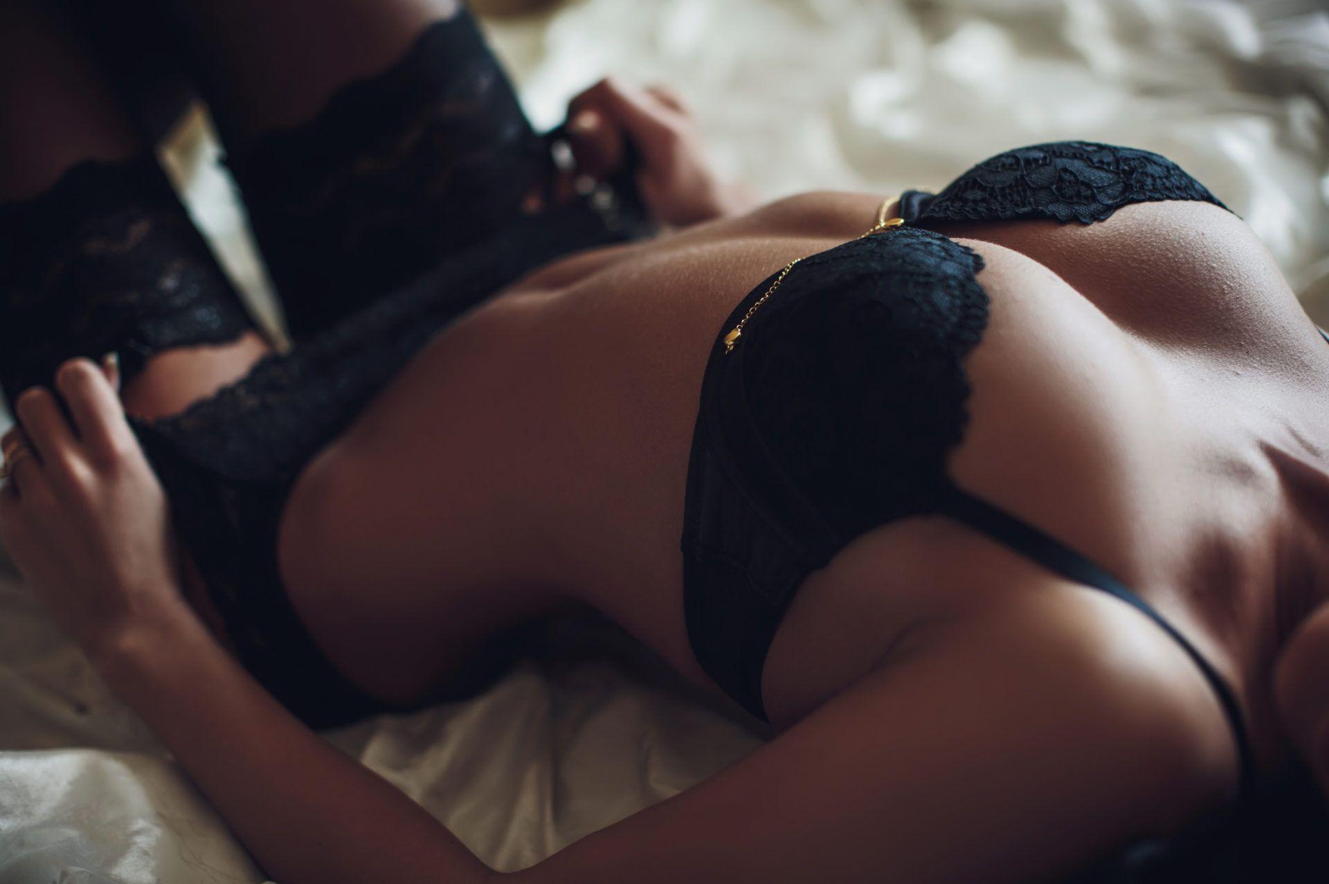 escort quitandose la ropa