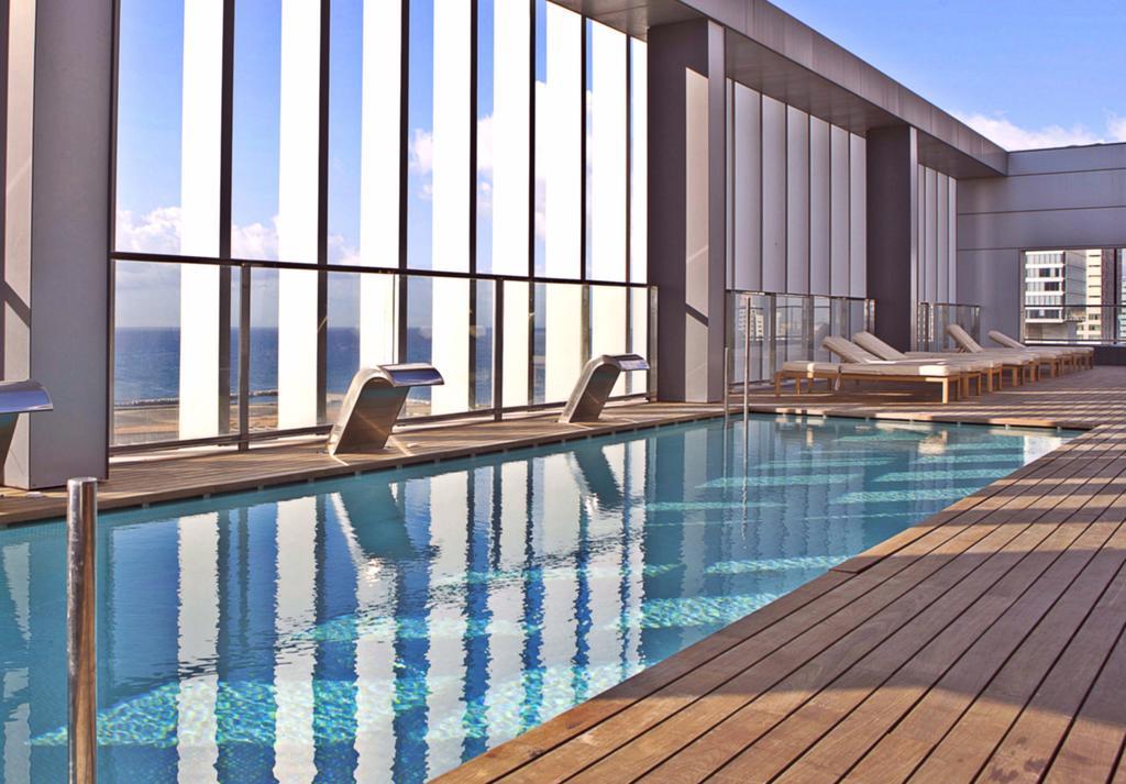 hoteles abierto en barcelona con terraza y piscina roof top