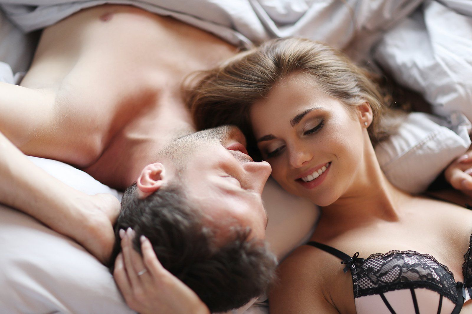 pareja en la cama sexo beneficios